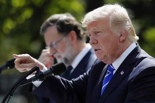 Tổng thống Donald Trump phát biểu bên cạnh Thủ tướng Tây Ban Nha Mariano Rajoy trong Vườn Hồng