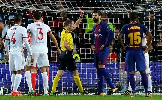 [Clip] - Trung vệ Barca nhận thẻ đỏ vì ghi bàn bằng tay - Ảnh 1.