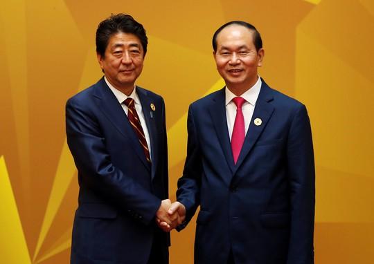 Chủ tịch nước Trần Đại Quang bắt tay Thủ tướng Nhật Bản Shinzo Abe. Ảnh: Reuters