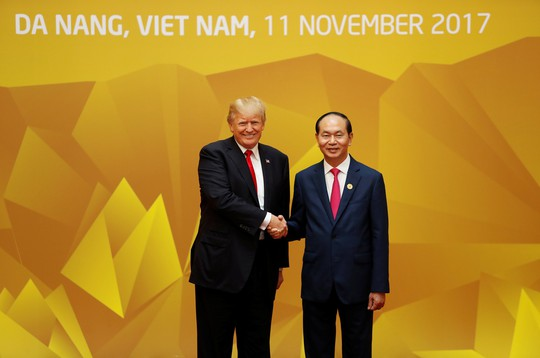 Chủ tịch nước đón Tổng thống Mỹ Donald Trump. Ảnh: Reuters