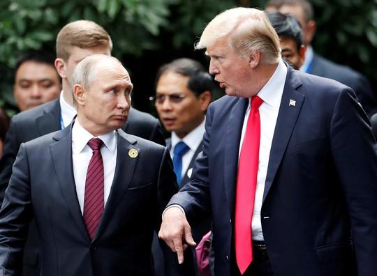 Tổng thống Nga Vladimir Putin và Tổng thống Mỹ Donald Trump trò chuyện trên đường đến điểm chụp hình