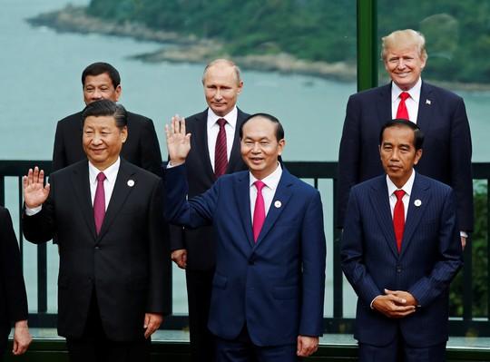 Chủ tịch nước Trần Đại Quang đứng giữa Chủ tịch Trung Quốc Tập Cận Bình và Tổng thống Indonesia Joko Widodo. Đứng sau là Tổng thống Philippines Rodrigo Duterte, Tổng thống Nga Vladimir Putin và Tổng thống Mỹ Donald Trump (từ trái sang)