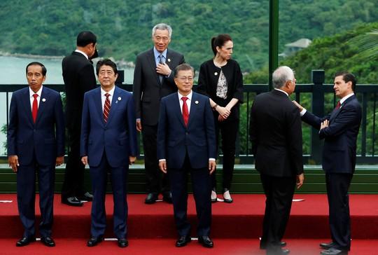 Các nhà lãnh đạo trao đổi trước khi chụp hình
