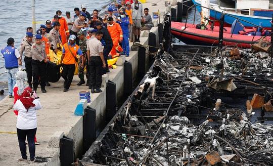 Các thi thể được đưa lên bờ. Ảnh: Reuters