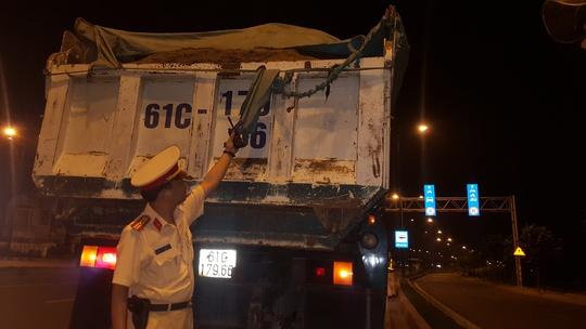 Nhiều tài xế cẩu thả trong việc dùng bạt chở đất cát. Sau khi xử phạt lực lượng CSGT nhắc nhở và yêu cầu tài xế khắc phục.