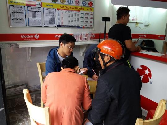Người dân mua vé số Vietlott tại một điểm bán hàng ở TPHCM