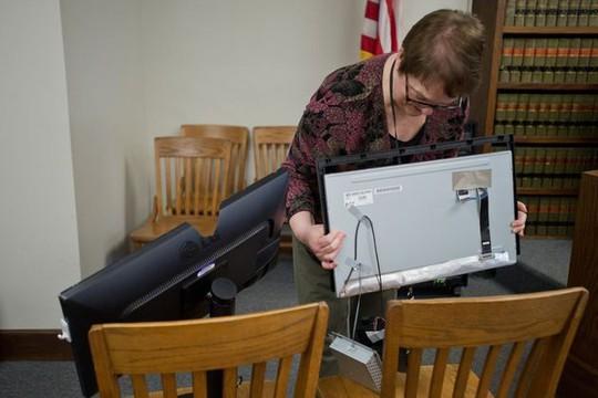 Thẩm phán Kathleen Tighe Coriden xem xét hiện trường vụ đập phá. Ảnh: wishtv.com