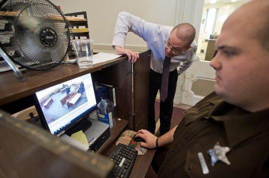 Cảnh sát xem lại video vụ việc. Ảnh: wishtv.com