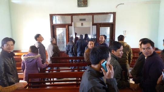 Nhiều người dân vượt hơn 20 km tới tham dự phiên tòa thất thểu ra về khi tòa hoãn xử