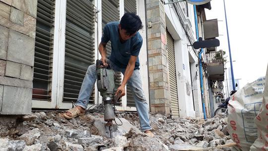 Tháo dỡ vật cản trên đường Võ Văn Kiệt, phường Cô Giang, quận 1, TP HCM