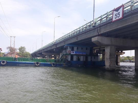 Tàu thuyền khó khăn khi qua cầu Cỏ May
