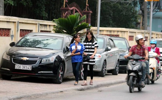 Hà Nội sẽ cấm các xe ô tô đỗ trái phép trên vỉa hè