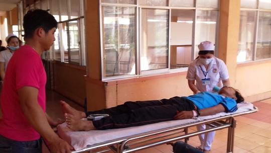 Một trong số các nạn nhân được đưa đi cấp cứu tại bệnh viện