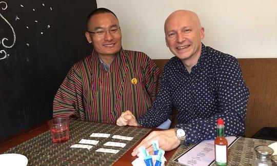 Tác giả và Thủ tướng Tshering Tobgay nói chuyện về toán học