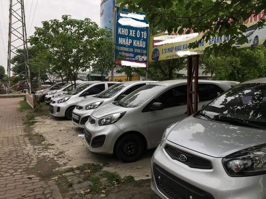 Những dòng xe cũ, giá rẻ, nhập khẩu cũng đang giảm giá rất mạnh, nhưng dù thế xe vẫn phơi nắng mưa mà ít khách hỏi mua