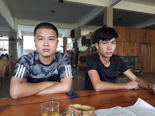 Hai anh Nguyễn Đắc Thắng (28 tuổi, trái) và Nguyễn Đắc Thắng (26 tuổi) trao đổi với báo chí