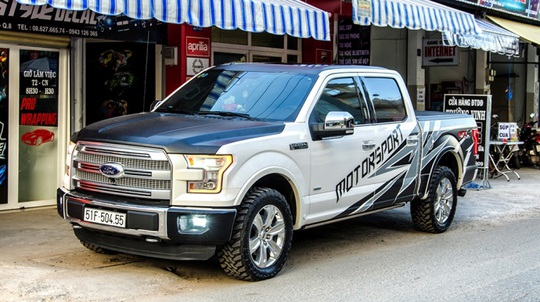 Tại Việt Nam, một vài mẫu xe bán tải được bắt gặp xuất hiện trên phố và mang biển số như ô tô con.