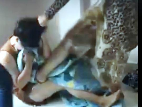 Hình ảnh nhóm phụ nữ bị nhóm thanh niên xông vào phòng hành hung. Ảnh cắt từ clip