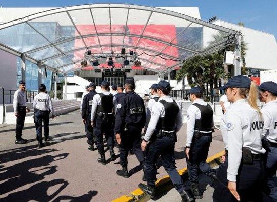 LHP Cannes: Chống khủng bố bằng 400 chậu hoa khủng - Ảnh 2.