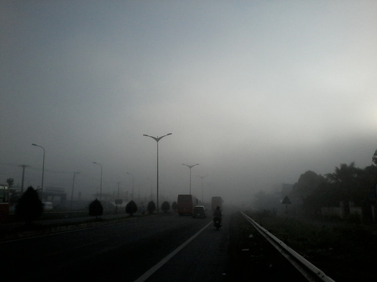 """Hiện tượng lạ: Sương mù như muốn… """"nuốt chửng"""" Cần Thơ - Ảnh 1."""