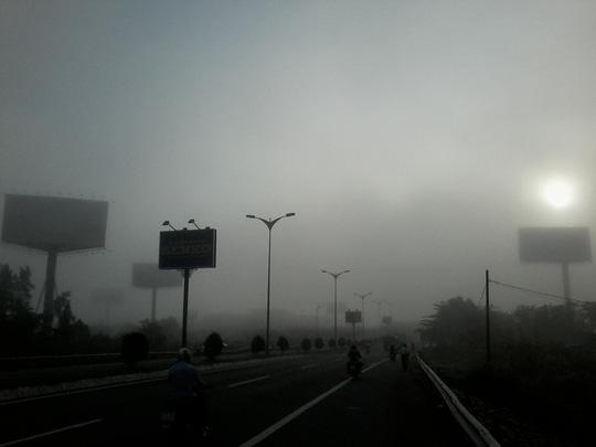"""Hiện tượng lạ: Sương mù như muốn… """"nuốt chửng"""" Cần Thơ - Ảnh 2."""