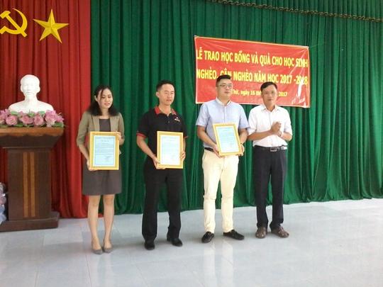 Báo Người Lao Động tặng 800 phần quà cho HS nghèo ĐBSCL - Ảnh 12.