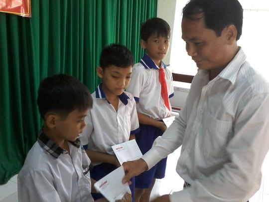 Báo Người Lao Động tặng 800 phần quà cho HS nghèo ĐBSCL - Ảnh 1.