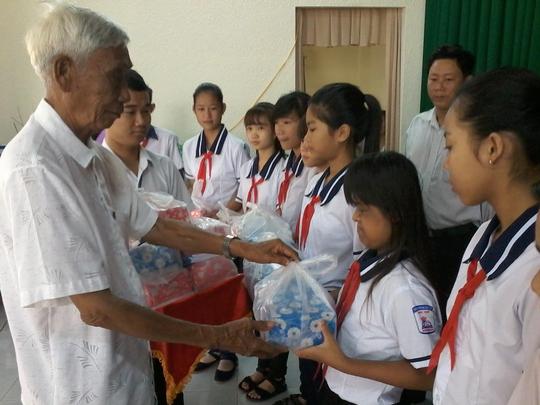 Báo Người Lao Động tặng 800 phần quà cho HS nghèo ĐBSCL - Ảnh 2.