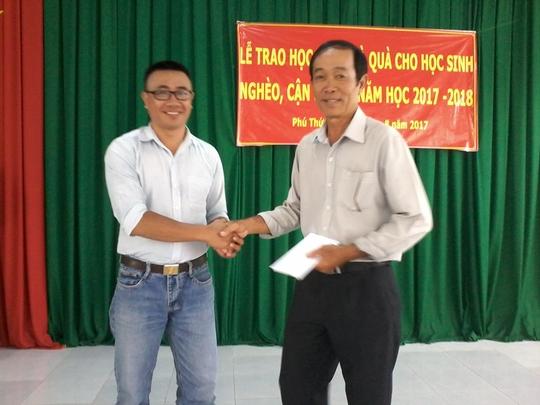 Báo Người Lao Động tặng 800 phần quà cho HS nghèo ĐBSCL - Ảnh 11.
