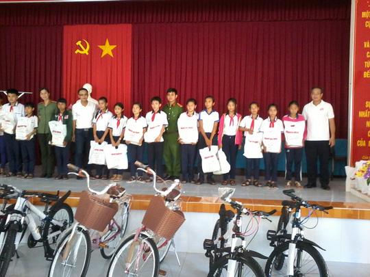 Báo Người Lao Động tặng 800 phần quà cho HS nghèo ĐBSCL - Ảnh 4.