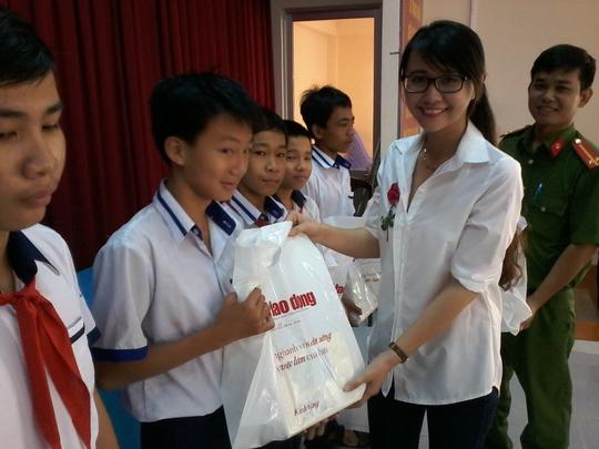 Báo Người Lao Động tặng 800 phần quà cho HS nghèo ĐBSCL - Ảnh 5.