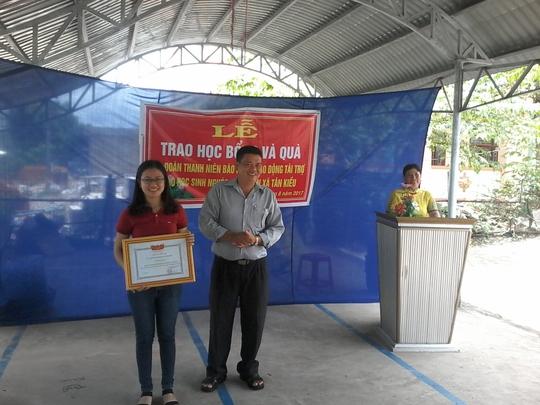 Báo Người Lao Động tặng 800 phần quà cho HS nghèo ĐBSCL - Ảnh 14.