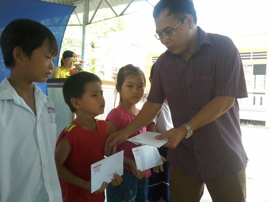 Báo Người Lao Động tặng 800 phần quà cho HS nghèo ĐBSCL - Ảnh 6.