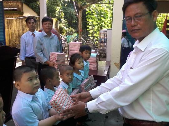 Báo Người Lao Động tặng 800 phần quà cho HS nghèo ĐBSCL - Ảnh 7.