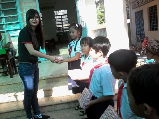 Báo Người Lao Động tặng 800 phần quà cho HS nghèo ĐBSCL - Ảnh 10.