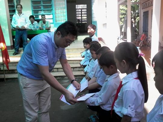 Báo Người Lao Động tặng 800 phần quà cho HS nghèo ĐBSCL - Ảnh 9.