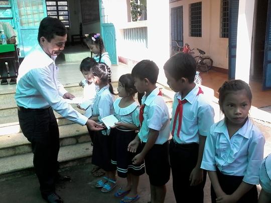 Báo Người Lao Động tặng 800 phần quà cho HS nghèo ĐBSCL - Ảnh 8.
