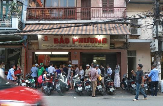 Hà Nội: Xếp hàng dài đợi mua bánh trung thu truyền thống - Ảnh 1.
