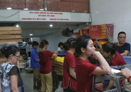Hà Nội: Xếp hàng dài đợi mua bánh trung thu truyền thống - Ảnh 5.