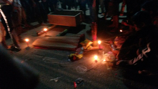 Bé gái 3 tuổi chết tức tưởi dưới bánh xe buýt - Ảnh 1.