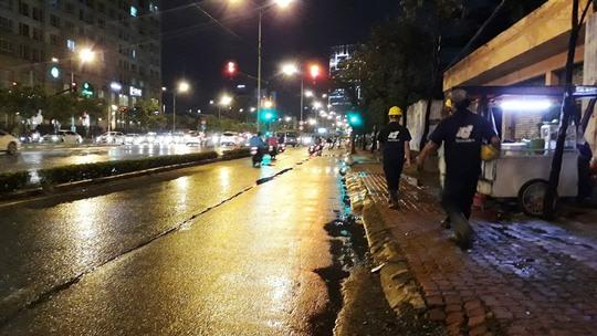Máy bơm khủng 3 lần nổ máy, đường Nguyễn Hữu Cảnh không bị ngập - Ảnh 2.