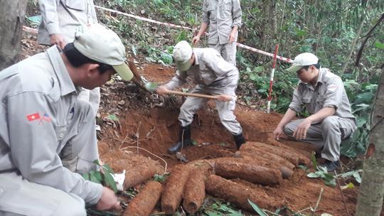 Phát hiện cả hầm đạn pháo ở vườn nhà dân - Ảnh 1.