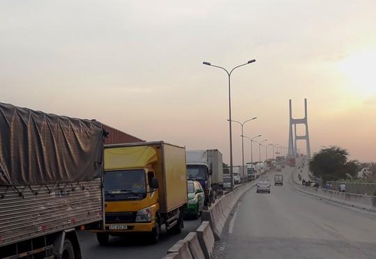 Xe đầu kéo tông nhau kinh hoàng trên cầu Phú Mỹ - Ảnh 3.