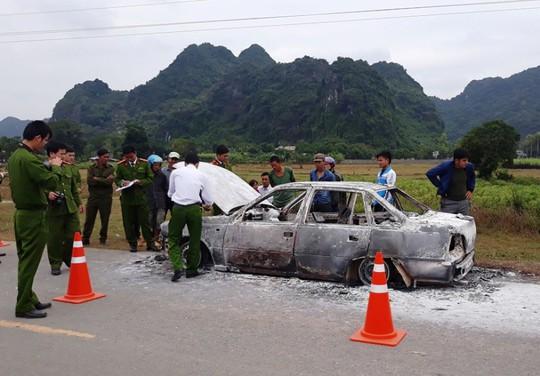 Bất lực nhìn xế hộp cháy ngùn ngụt trên đường Hồ Chí Minh - Ảnh 1.