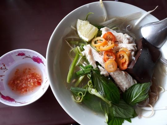 Xuyên Sài Gòn ăn cho được bún nước lèo Trà Vinh - Ảnh 5.
