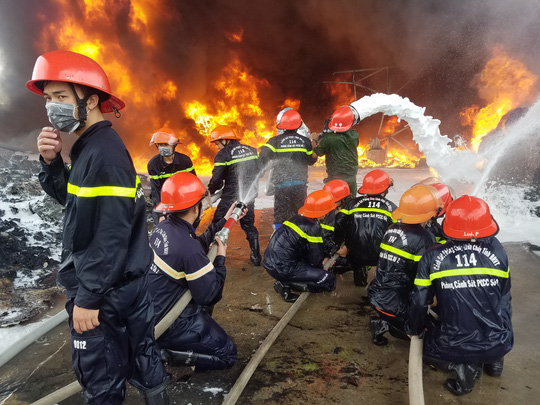 Bà Rịa – Vũng Tàu: Cháy lớn ở bãi phế liệu - Ảnh 1.