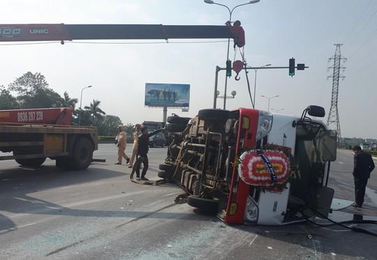 Xe đi đám tang tông xe 4 chỗ, 22 người bị thương - Ảnh 1.