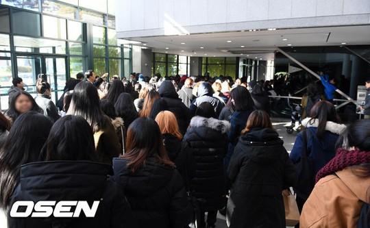 Người hâm mộ khóc tiễn biệt sao trẻ nhóm SHINee - Ảnh 4.