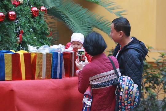 Hà Nội: Mọi đường đến Nhà thờ Lớn tắc nghẽn đêm Noel - Ảnh 3.