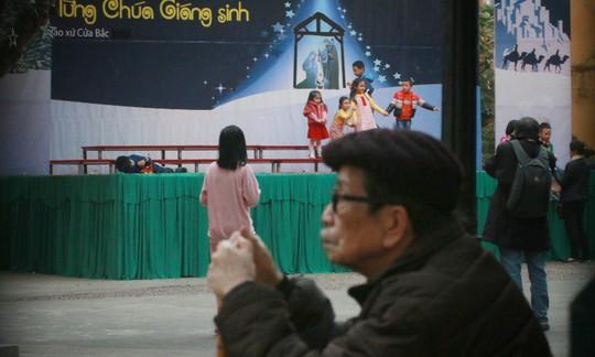 Hà Nội: Mọi đường đến Nhà thờ Lớn tắc nghẽn đêm Noel - Ảnh 4.